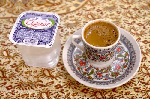トルココーヒーの写真。水とセットで出てくるみたい