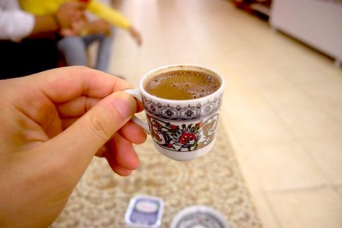 コーヒーの写真。カップの模様が特徴的