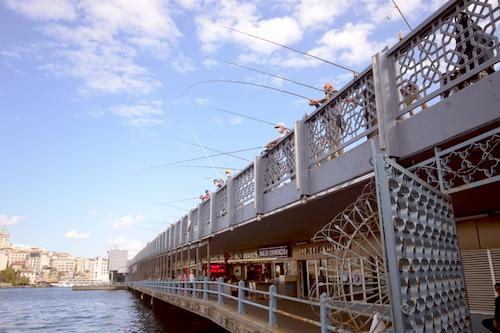 ポスポラス海峡に向かって釣り糸をたらす釣り人たち