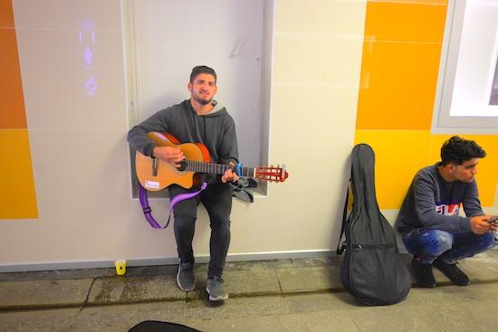 路上でギター片手に歌うお兄さん