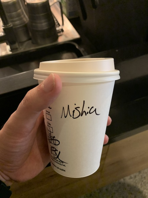 Mishiaと書かれたカップ