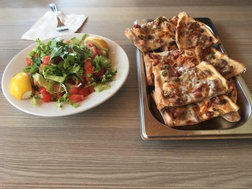 サラダとピザの写真