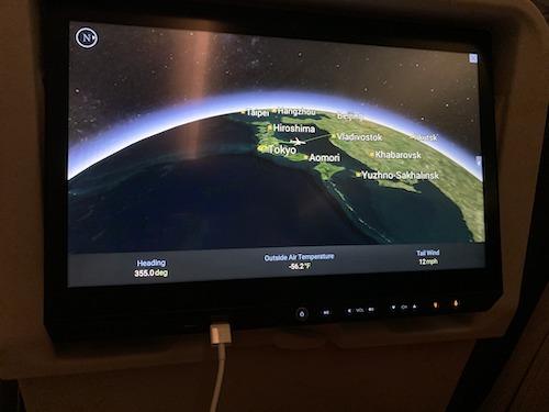 飛行機のモニタ画面。USB充電付き。