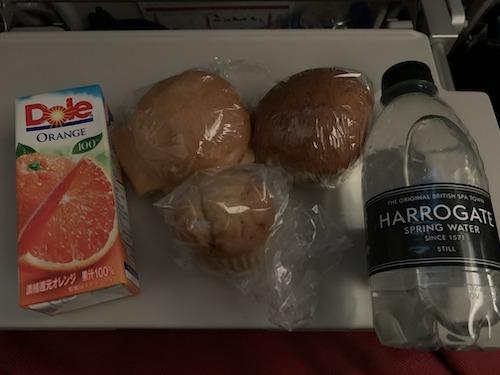 二度目の機内食。パン3つとジュースと水。
