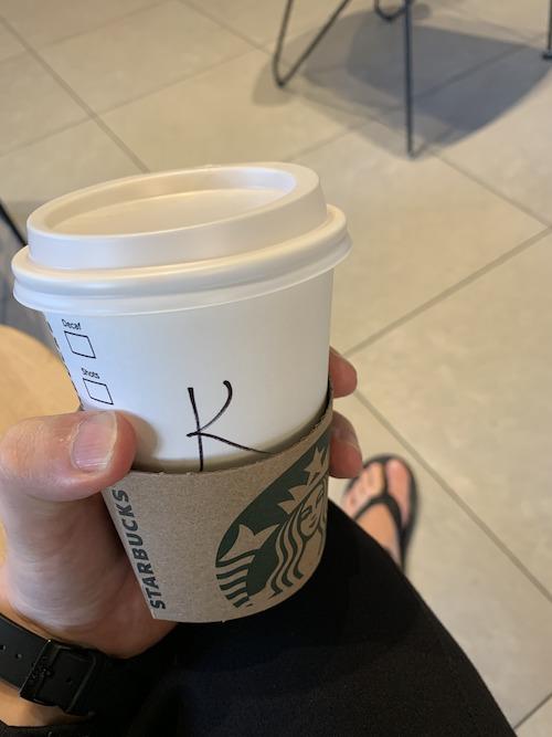 Kとだけ書かれたカップ