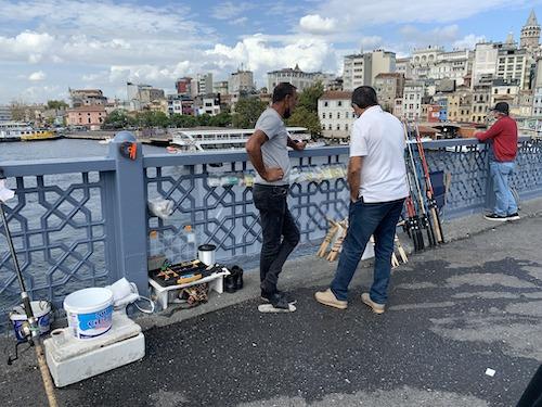 橋の上で釣具レンタル屋をやる男性