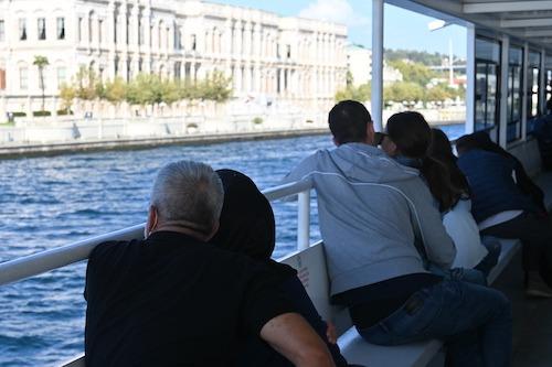 海を眺めながら抱き合う老夫婦