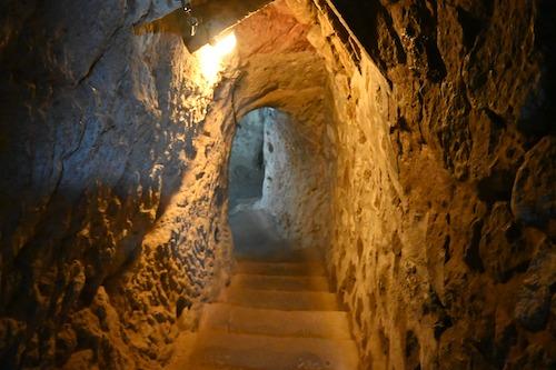洞窟へ入っていく階段