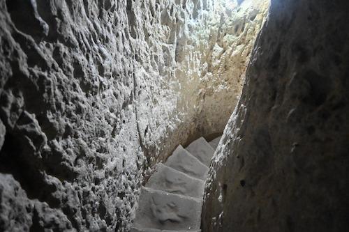 すれ違えないぐらい狭すぎる階段