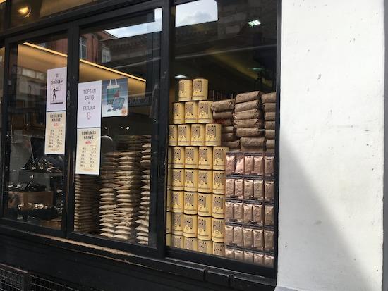 お店で高く積み上げられたコーヒー豆の袋