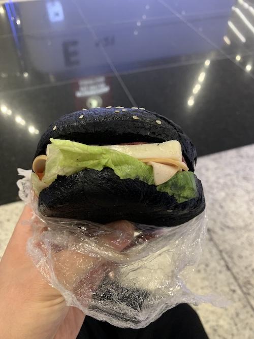 黒いパンに挟まれた分厚いチーズ