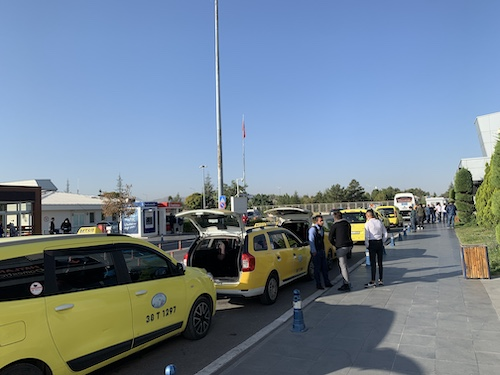タクシー乗り場の写真・黄色いタクシーが並ぶ
